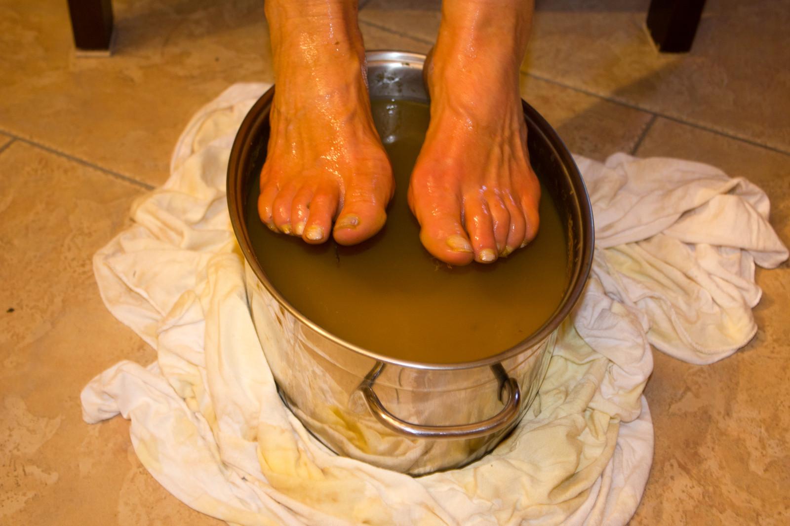 Le guérisseur - rebouteux utilise beaucoup les décoctions et bains de plantes pour prodiguer ses soins.